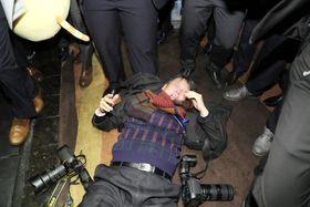 北京の行事会場で中国人警備員から暴行を受けた韓国大統領府記者会所属のカメラマン=14日(聯合=共同)
