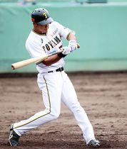 富山-石川 4回裏 2点本塁打を放つ門屋=県営富山野球場