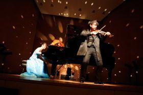 ロマ音楽を演奏するMasahiRoさん(右)と斎藤さん=5月10日、みどりアートパークのホール