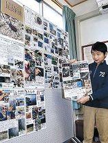 「昆虫新聞」を掲げる西村君=小松市滝ケ原町