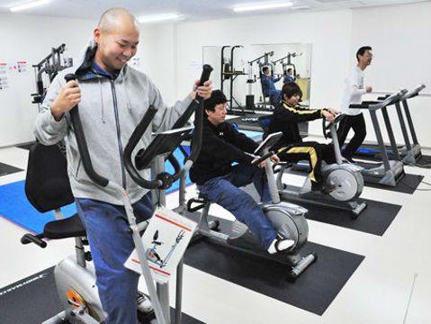 就業後に真新しい福利厚生棟でトレーニングに汗を流す従業員たち(城陽市・星和電機)