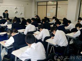 埼玉新聞模試を受験する中学3年生ら=11日、埼玉県さいたま市浦和区の浦和麗明高校