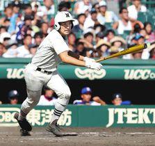 下関国際-日大三 8回日大三2死三塁、右前へ勝ち越し打を放つ日置=甲子園球場で