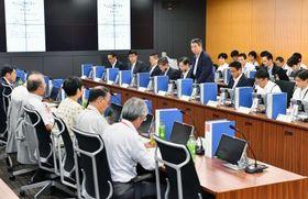 南海トラフ巨大地震の対策強化を話し合う中央防災会議の有識者会議の最終会合=25日午前、内閣府