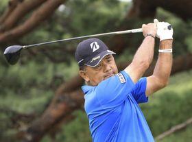14番でティーショットを放つ寺西明。大会初優勝した=鳴尾GC(日本ゴルフ協会提供)