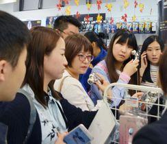 東京・秋葉原の総合免税店を訪れた中国人観光客ら=2017年10月