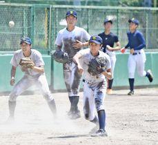 ノックで軽快な動きを見せる内野陣=大阪・伊丹スポーツセンター野球場