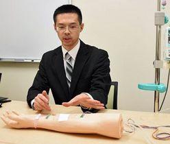 特許を取得した輸液監視装置について説明する野坂講師