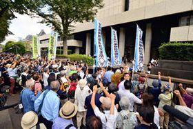 無罪判決を受け東京地裁に向かって憤りの声を上げる福島原発告訴団ら