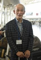 福岡空港での結団式で、あいさつする福岡県日朝友好協会訪問団の北原守団長=21日午後