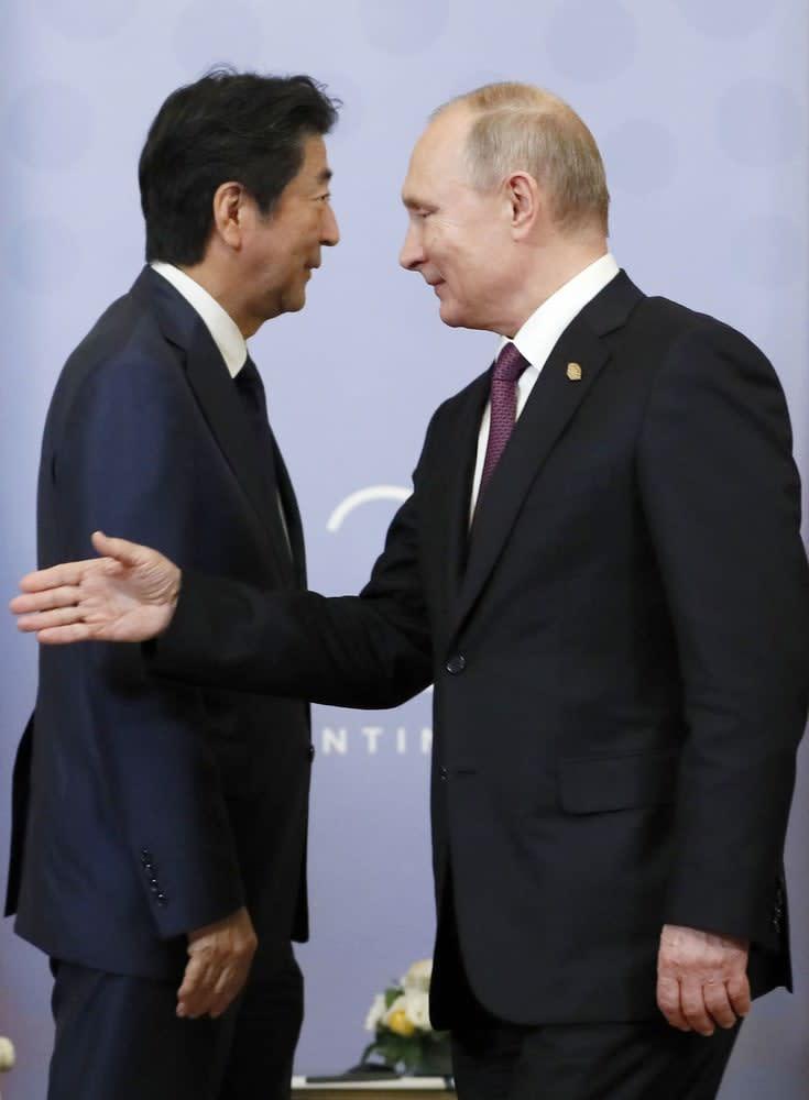ロシアのプーチン大統領(右)と安倍首相=2018年12月1日、ブエノスアイレス(共同)