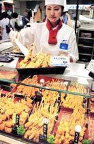 連日の猛暑で揚げ物の売れ行きが好調。アボカドと鳥肉を使った新メニューが人気を集める=神戸市中央区小野柄通8、そごう神戸店