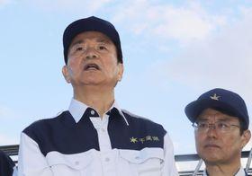 被災現場を視察後、記者団の質問に答える千葉県の森田健作知事(左)=14日午後、千葉県南房総市