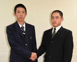 1回戦での対戦が決まり、健闘を誓い合う川島の三木希主将(左)と新田の松永主将=徳島市の徳島ワシントンホテルプラザ