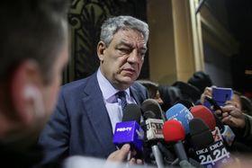 記者団の取材に対応するルーマニアのトゥドセ首相=15日、ブカレスト(ロイター=共同)