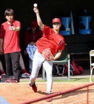 ブルペンで投球練習する大谷翔平=アーリントン
