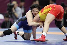 女子68キロ級準決勝 キルギス選手(右)を攻める土性沙羅=西安(共同)