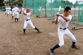 打撃練習に臨む徳島商の選手=同校グラウンド