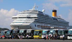 港に到着後、大型バスに乗り込むクルーズ船の乗客ら=7月31日、佐世保港