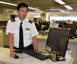 ARアプローチの利点などを説明する今泉副操縦士=羽田空港