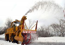 雪を飛ばしながら進む除雪車=真庭市蒜山下徳山