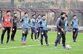 今井新監督(右から3人目)の指導の下、今季初練習に取り組む選手ら=沼津市足高のセレステグラウンド