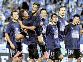 磐田―柏 移籍後初ゴールを決めた磐田・大久保(左から3人目)は試合を終えて大井に担がれ笑顔を見せる=ヤマハスタジアム