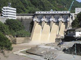 基準量の約6倍に当たる水が放流された鹿野川ダム=9日、愛媛県大洲市で