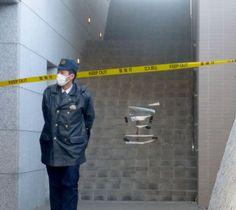 事件のあったマンションの外階段=17日午前、東京都多摩市