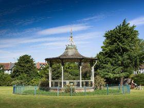 「登録建造物」に指定されたロンドン南東部ベックナムの野外ステージ(英PA通信=共同)