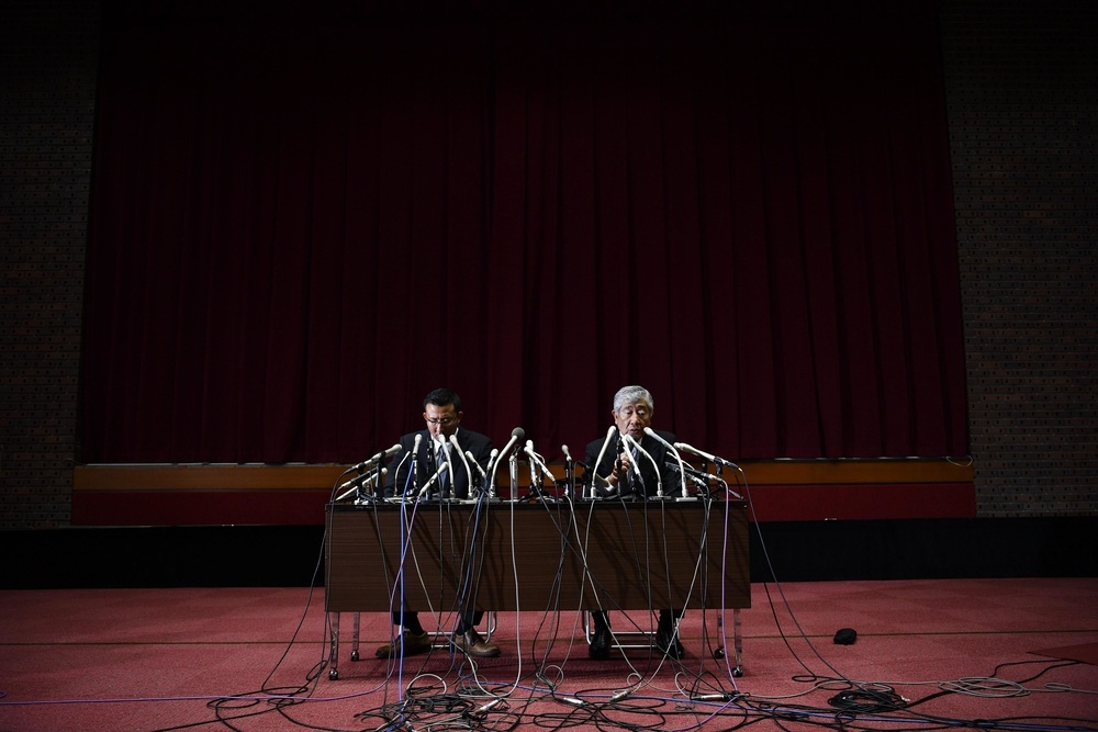 日本大アメリカンフットボールの反則問題を巡り、記者会見する井上奨前コーチ(左)と内田正人前監督=東京都千代田区