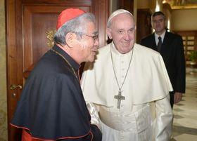 前田万葉枢機卿(左)と面会するローマ法王フランシスコ=17日、バチカン(オッセルバトーレ・ロマーノ紙撮影、共同)