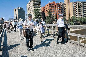 鏡花ゆかりの地を巡る参加者=金沢市並木町の梅の橋