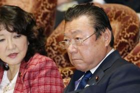 衆院予算委に遅れて出席し、着席する桜田五輪相=21日午前