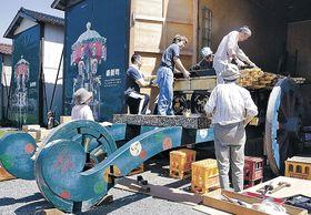 台車を解体する職人=白山市美川浜町