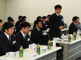 全国大会準優勝を報告する小西主将(前列左から4人目)ら桐蔭学園フィフティーン=神奈川新聞社