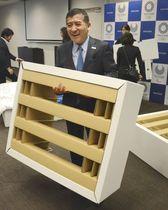 東京五輪・パラリンピックの選手村で使用する段ボール製ベッドフレームを見せるエアウィーヴの高岡本州会長兼社長=24日、東京都内