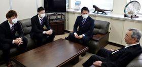 広川グループの広川代表(右端)に西地区優勝の報告と、支援の感謝をする山田(左端)と田中(左から2人目)