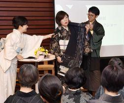 大島紬の魅力を話す林真理子さん(中央)=東京・銀座の時事通信ホール
