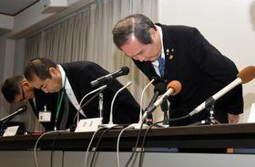 松前町職員の逮捕を受けて、謝罪する岡本靖町長(右)ら=27日午前9時ごろ、町役場