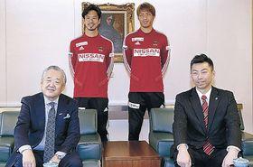 来季へ意欲を示す(前列左から)米沢社長、西川GM、(後列左から)廣井主将、山本選手=北國新聞社