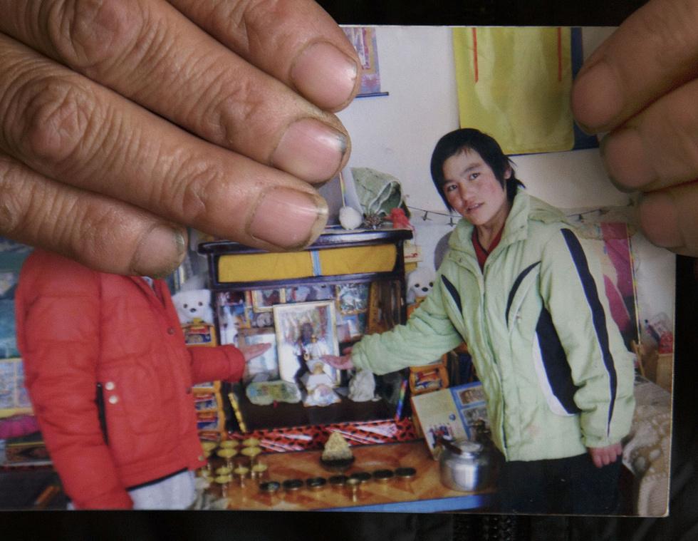 抗議の焼身を遂げたツェリン・キ。一般の女性では初めてだった。成績優秀でチベット民謡を歌うのが得意だったという(撮影・高橋邦典、共同)