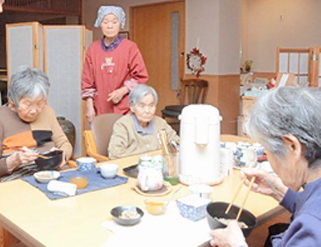 田中コヅエさん(左から2人目)らが調理したそばを味わう入居者ら