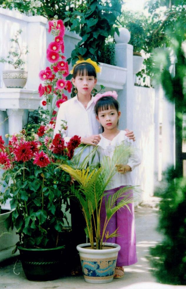 ドアン・ティ・チャン(右)が小学3年生の頃、姉と一緒に撮影。「正月のお祝いです」=ベトナム・チャビン省(本人提供)