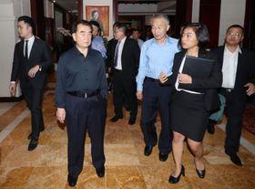 ベトナム・ハノイのホテルに入る北朝鮮のキム・チャンソン国務委員会部長(手前左)=16日(聯合=共同)