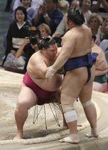 大相撲名古屋場所で御嶽海が栃煌山を寄り切りで下し、初優勝を決める=21日、名古屋市のドルフィンズアリーナ