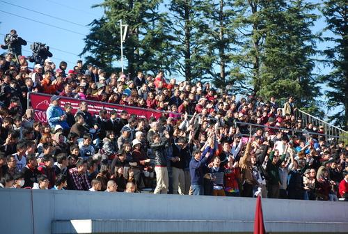 守備のビッグプレーに沸く早大学院高の応援スタンド=23日、駒沢第二球技場
