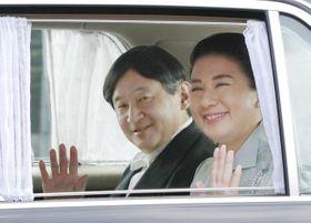 改元へ向けた儀式の予行演習のため、皇居に入られる皇太子ご夫妻=25日午後、皇居・半蔵門