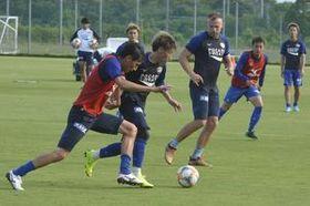 3試合ぶりの勝利に向け、練習に励む徳島の選手たち=徳島スポーツビレッジ