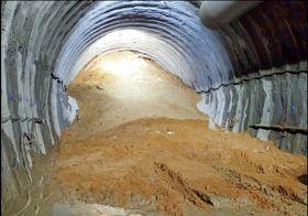 天井が崩落し土砂が流入したトンネル内部。高さ約8メートル、幅約10メートルのトンネルに土砂があふれ掘削の先端部分が見えない=8日午前11時10分ごろ、福井県あわら市柿原(鉄道建設・運輸施設整備支援機構提供)